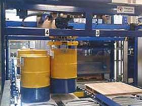 Palletiseren afgevulde 600 liter vaten