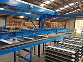Stapelen van isolatieprofielen met een breedte van 1100 mm, variërend in lengte van 2500 tot 12000 mm en een maximaal gewicht van 120 kg per profiel.